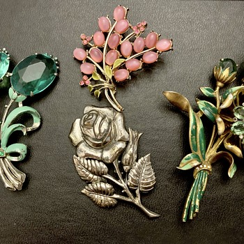 Flower brooches - Costume Jewelry