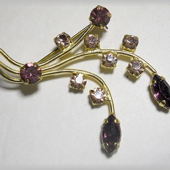 Unmarked - Beautiful Brooch  - Costume Jewelry