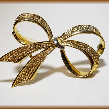 Unmarked - Bow Tie Brooch  - Costume Jewelry