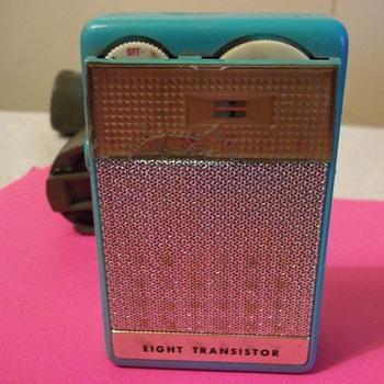 8 TRANSISTOR RADIO - Radios