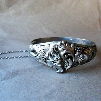 A Vintage Costume Jewelry Bangle by Whiting & Davies Signed White Metal - Costume Jewelry