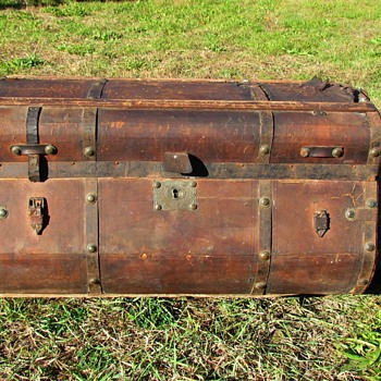 Jenny Lind style trunk of the late 1850's to 1860's - Furniture