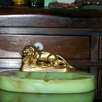 Lion Slag Houze Glass Ashtray - Tobacciana