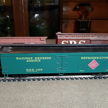 HO Scale Athearn Railway Express Agency Wood Sheathed 60' Refrigerator Car A Reefer - Model Trains