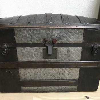 Nice trunk with embossed pattern - Furniture
