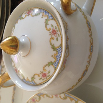 150 pieces set. GDA Limoges CH Field Haviland France. No idea about the year of manufacture, origin but I love it.