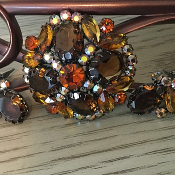 D & E AMBER BROOCH...set in gunmetal with dogtooth prongs! - Costume Jewelry