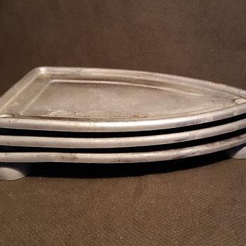 A Tiscket  A Travet A Three Layer Trivet Circa 1950s - Kitchen