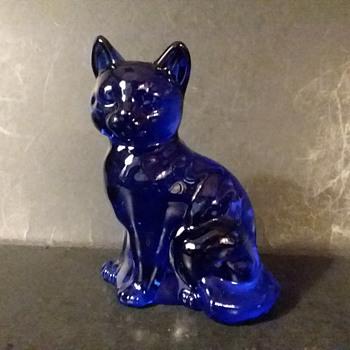 Fenton #5165 cobalt sitting cat, circa 1980s - Figurines