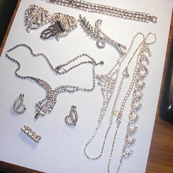 Small tin of jewelry - Costume Jewelry