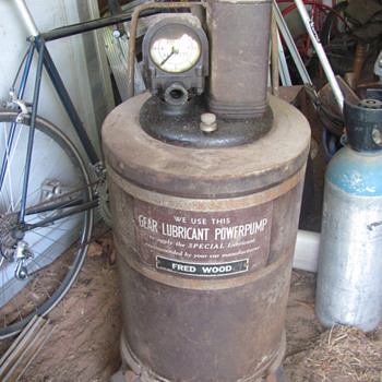 Alamite servise station gear lubricant dispenser - Petroliana