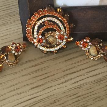 D & E TOPAZ GIVRE' STONE SET - Costume Jewelry