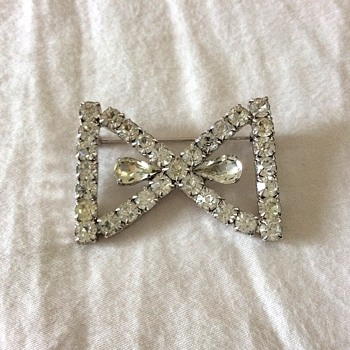 Bow shape brooch!  - Costume Jewelry