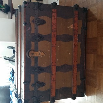 Old looking trunk. Trying to find info - Furniture