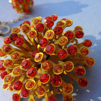 MUST HAVE 1960s VINTAGE Star Burst Brooch with matching clip earrings - Costume Jewelry