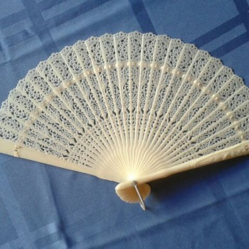 UNIQUE LACY HAND HELD FAN - IVORY TONE PLASTIC - HONG KONG - 1940-1950s - Accessories
