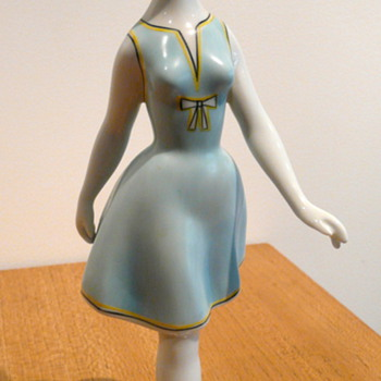 A HOLLOHAZA PORCELAIN FIGURINE OF A 1950'S WOMAN - Pottery