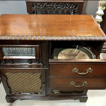 Phonograph radio cabinet General Electric Model XP-181 from 1947. - Radios