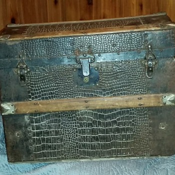 1877 three slat dome chest faux leather - Furniture