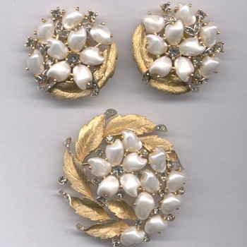 Trifari Round Soreento Baby Tooth Pearl Brooch circa 1959 - Costume Jewelry