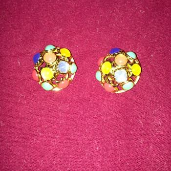 Vintage Crown Trifari clip on earrings