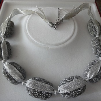 "Particularly vintage silver gray necklace made ??of ""stones"" - Costume Jewelry"