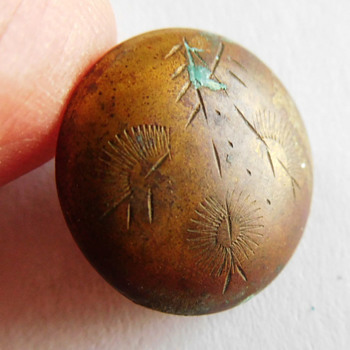 Does this old BUTTON have arrows, sun rays or feathers etched on top.... or am I just imagining it?