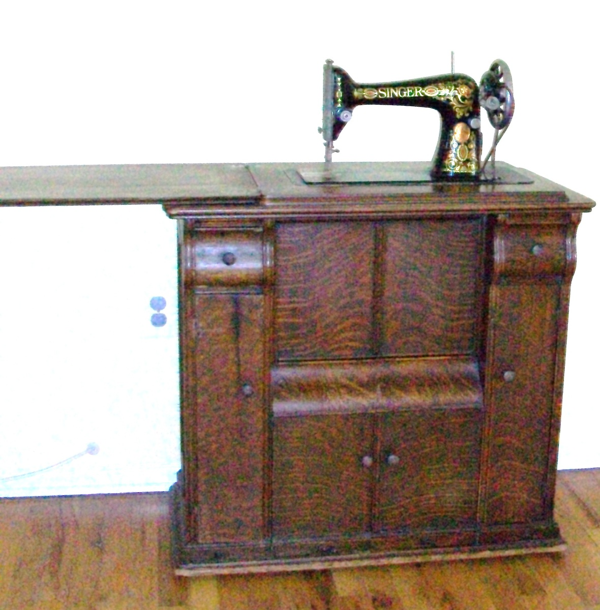 1910 working singer sewing machine with original wooden case rh collectorsweekly com vintage singer sewing machine in wooden cabinet old singer sewing machine in wood cabinet