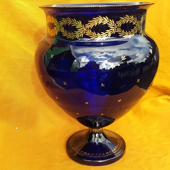 Footed blue vase with gilded decoration - Art Glass