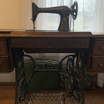 1910 Singer Sewing machine. Model # G607056 - Sewing