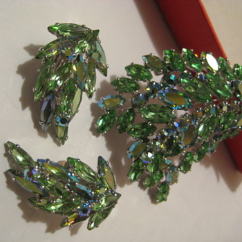SHERMAN Green Leaf Brooch and Earring Set - Costume Jewelry
