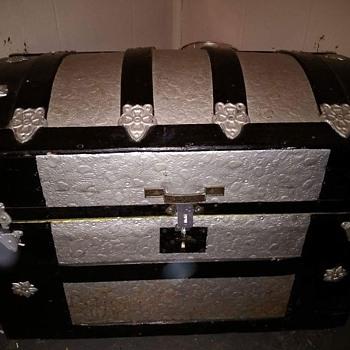 Barrel top trunk made around 1888-1908  - Furniture