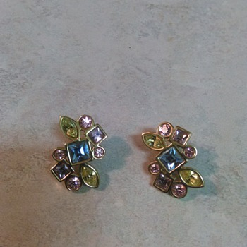 GOLDTONE  COLORED GLASS EARRINGS - Costume Jewelry