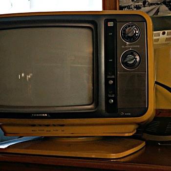 1978 Toshiba Blackstripe C385 TV with Pedestal.  - Electronics