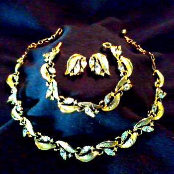 """""""Lisner"""" Gold -Tone Full Parure / Marquis Cut Rhinestones Set in Leaf Design / Circa 20th Century - Costume Jewelry"""