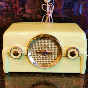 Crosley Vintage 1952 Chartreuse Radio Model #10-137 Bakelite - Radios