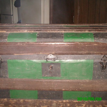 vintage humpbak trunk with metal inlays - Furniture