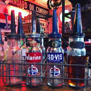 Oil Carrier with 8 Standard Oil quart bottles - Petroliana