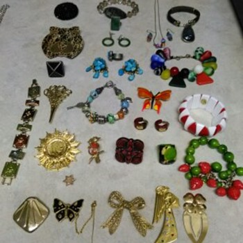 VARIETY OF COSTUME JEWELRY - Costume Jewelry