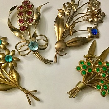 Vintage flower bouquets brooches - Costume Jewelry