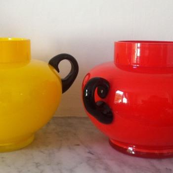 Antonin Ruckl pair of tango urns with round dark amethyst (black) handles - Art Glass