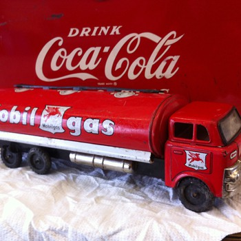 1960-70 Mobil Gas tin truck - Model Cars