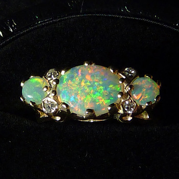 "An Exceptional ""London Bridge"" Opal & Diamond Ring in 9ct Gold - Fine Jewelry"