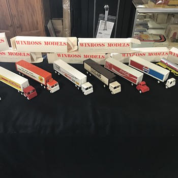 8 Winross  model trucks new in the box - Advertising
