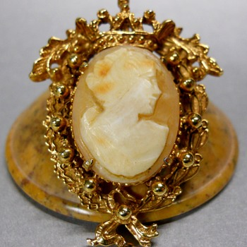 FLORENZA SHELL CAMEO, GOLD TONE BROOCH. - Costume Jewelry