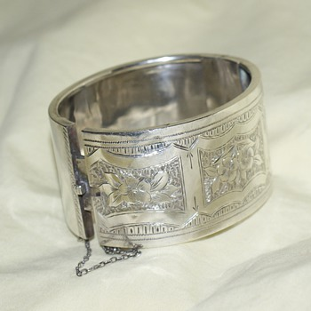 Victorian (or Edvardian) Engraved Cuff Bracelet - Fine Jewelry
