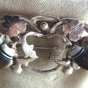 Victorian Classic Silver Acorn Banded Agate brooch - Victorian Era