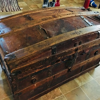 Wood and leather trunk - Furniture