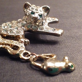 Kitten and mouse pin - Costume Jewelry