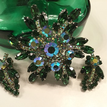 D & E EMERALD GREEN SET - Costume Jewelry